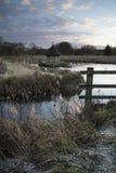 Schöne Landschaft auf eisigem Wintermorgen von Aalreusen über f Lizenzfreies Stockbild