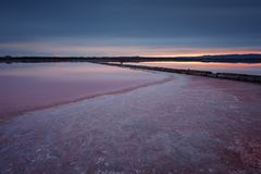 Schöne Landschaft auf Sonnenuntergang mit einem Salzbauernhof Ausgezeichnete Farben, dunkle Wolken Juni 2012 Lizenzfreies Stockfoto