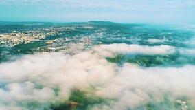 Schöne Landschaft Brummenflug über der Stadt Brummen über Wolken stock footage