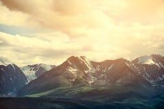 Schöne Landschaft in den Bergen Fantastischer Morgen, der durch Sonnenlicht glüht Weicher Filter und Instagram, die Effekt tont Lizenzfreie Stockbilder