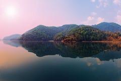 Schöne Landschaft der grünen Hügel auf Phewa See Stockfotografie