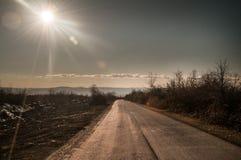 Schöne Landschaft der Landseitenstraße mit Bäumen in der Winterzeit bei Sonnenuntergang Aserbaidschan, Kaukasus, Sheki, Gakh, Zag Stockbild