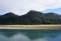 Schöne Landschaft der Wiese und des Flusses entlang der Straße in Ne Lizenzfreie Stockfotografie