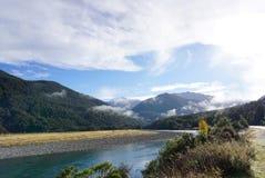 Schöne Landschaft der Wiese und des Flusses entlang der Straße in Ne Stockfotos