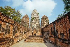 Schöne Landschaft des alten Tempels im sukhothai-historypark, Sukhothai, Thailand Stockfotografie
