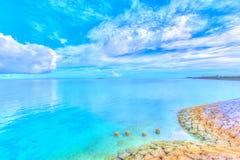 Schöne Landschaft des glänzenden blauen Himmels und des Ozeans in Okinawa lizenzfreie stockfotos