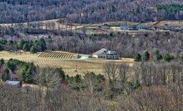 Schöne Landschaft des Hauses und der Felder tief im Tal stockfotografie
