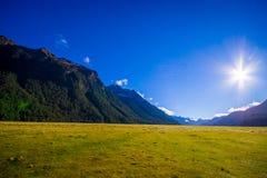 Schöne Landschaft des hoher Gebirgsgletschers bei Milford Sound mit einem Sonnenschein im Himmel, in der Südinsel in Neuseeland Stockbild