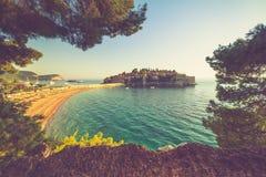 Schöne Landschaft des Inselresorts und des Strandes Sveti Stefan bei Sonnenuntergang montenegro Lizenzfreies Stockbild