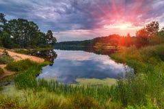 Schöne Landschaft des Sees bei buntem Sonnenuntergang Stockbilder