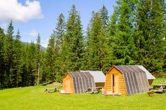 Schöne Landschaft des Tales in Altai-Bergen, kleine Häuser für Touristen, majestätische malerische Ansicht am sonnigen Tag lizenzfreies stockbild