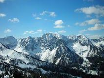 Schöne Landschaft des verschneiten Winters in einem Gebirgsskiort, Panoramablick Stockfotos