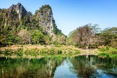 Schöne Landschaft, die Berge werden im Fluss reflektiert Tra Lizenzfreies Stockbild