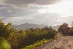 Schöne Landschaft einer Straße, die in das Bergdorf überschreitet stockfotografie
