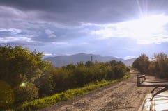 Schöne Landschaft einer touristischen Weise, die in das Bergdorf überschreitet stockfotografie