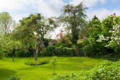Schöne Landschaft eines Gartens stockbild