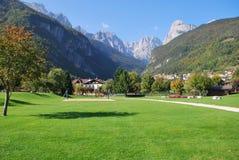 Schöne Landschaft im Hintergrund der Alpen Lizenzfreies Stockfoto