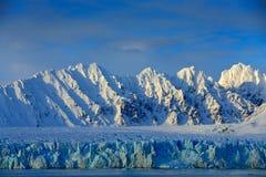Schöne Landschaft Kaltes Meerwasser Land des Eises Reisen in arktisches Norwegen Weißer schneebedeckter Berg, blauer Gletscher Sv stockbilder
