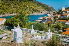 Schöne Landschaft mit altem Kirchhof nahe malerischer Stadt Assos, Kefalonia, Griechenland Erstaunliche überraschende reizend Plä stockfotografie