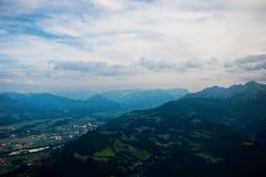 Schöne Landschaft mit Bergen stockbilder