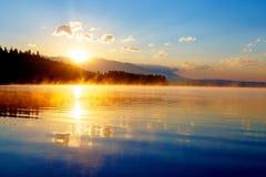 Schöne Landschaft mit Bergen und See an der Dämmerung in den goldenen blauen und orange Tönen Slowakei, Mitteleuropa, Region Lizenzfreie Stockbilder