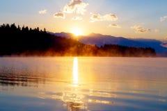 Schöne Landschaft mit Bergen und See an der Dämmerung in den goldenen, blauen und purpurroten Tönen Slowakei, Mitteleuropa, Lipto Stockfoto