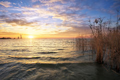 Schöne Landschaft mit dem Reservoir und dem Sonnenunterganghimmel Lizenzfreie Stockfotos