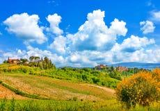 Schöne Landschaft mit den historischen Städten von San Gimignano und von Certaldo, Toskana, Italien Stockbild