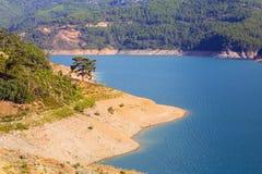 Schöne Landschaft mit einem Reservoir und einem Wald Lizenzfreies Stockbild