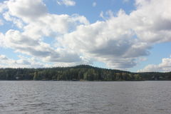 Schöne Landschaft mit einem See Stockfotografie
