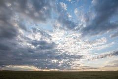 Schöne Landschaft mit einem Sonnenunterganghimmel stockfotos