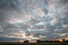 Schöne Landschaft mit einem Sonnenunterganghimmel stockbild