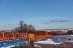 Schöne Landschaft mit einer kleinen roten Holzbrücke Stockfotos