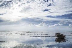 Schöne Landschaft mit einsamer Bootssonne Lizenzfreie Stockfotografie