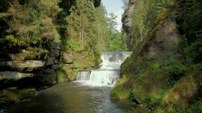 Schöne Landschaft mit Fluss in den Bergen stock video footage