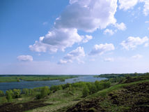 Schöne Landschaft mit Fluss mit Wolken Lizenzfreie Stockfotos