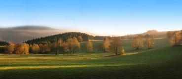 Schöne Landschaft mit Hügeln, Bäumen und Bergen Stockfoto