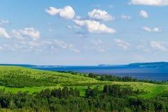 Schöne Landschaft mit Hügeln, Wiesen und Fluss Lizenzfreies Stockfoto