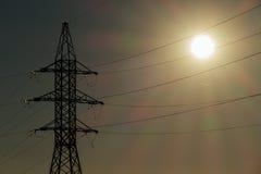 Schöne Landschaft mit Hochspannungsmast und Stromleitungen Lizenzfreie Stockbilder