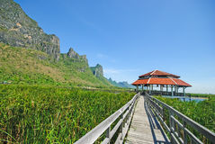 Schöne Landschaft mit Holzhaus und Bergen, Bueng Bua bei Sam Roi Yot National Park Stockfotografie