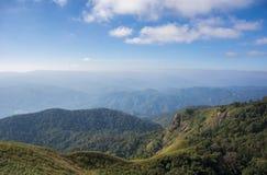 Schöne Landschaft mit Nebelmeer lizenzfreies stockbild