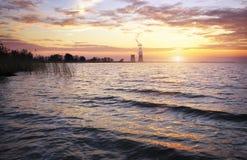 Schöne Landschaft mit Reservoir und Sonnenunterganghimmel Lizenzfreies Stockbild