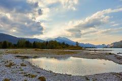Schöne Landschaft mit See, Bergen, Wald, Wolken und Reflexion im Wasser Österreich, Salzkammergut, Wolfgangsee stockfoto