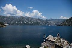 Schöne Landschaft mit See und Bergen, Boko Kotor, Montenegro Stockfotografie