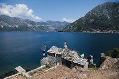 Schöne Landschaft mit See und Bergen, Boko Kotor, Montenegro Stockfotos