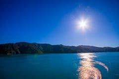 Schöne Landschaft mit Sonne glänzt im Himmel mit herrlichem blauem Himmel an einem sonnigen Tag, der von der Fähre von der Nordin Stockfoto