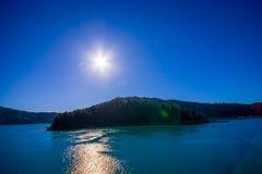 Schöne Landschaft mit Sonne glänzt im Himmel mit herrlichem blauem Himmel an einem sonnigen Tag, der von der Fähre von der Nordin Stockfotos