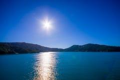Schöne Landschaft mit Sonne glänzt im Himmel mit herrlichem blauem Himmel an einem sonnigen Tag, der von der Fähre von der Nordin Lizenzfreie Stockbilder