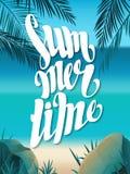 Schöne Landschaft mit Text Sommerzeit Sommerzeitbeschriftung Heller, bunter Hintergrund Stockfoto