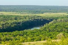 Schöne Landschaft mit Wald- und Flusshorizont stockbild